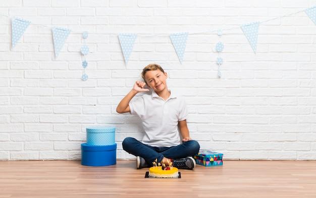 Мальчик празднует свой день рождения с тортом гордый и самодовольный в любви себе концепцию