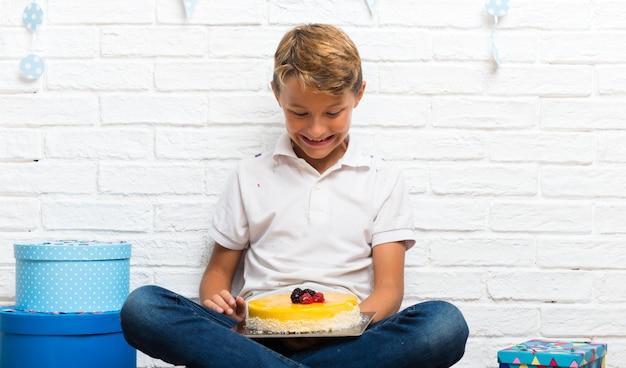 Мальчик празднует свой день рождения с тортом
