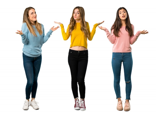カラフルな服を着て手を上げている間に疑問を持つ人々のグループの全身ショット