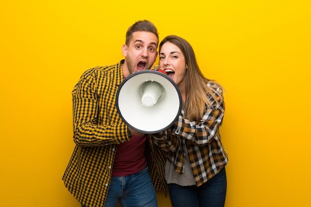 Пара кричит в мегафон