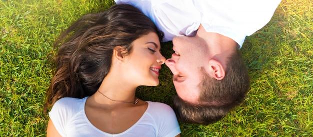 バレンタインの日に屋外で幸せな若いカップル