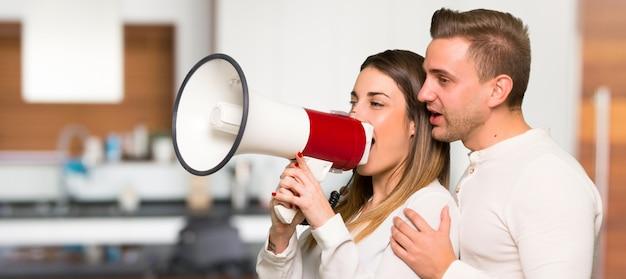Пара в день святого валентина кричит через мегафон в доме