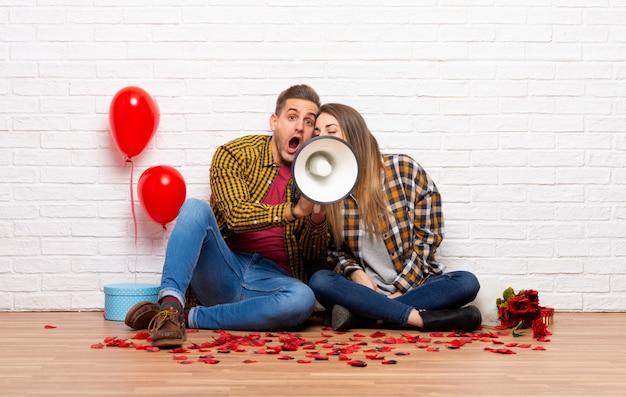 Пара в день святого валентина в помещении кричать через мегафон