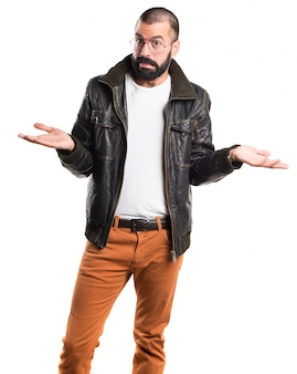 重要でないジェスチャーを作るレザージャケットを持つ男