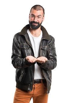 何かを持っている革ジャケットを着ている男