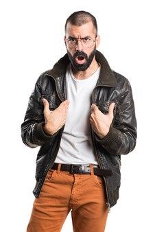 驚きのジェスチャーをしている革ジャケットを着ている男