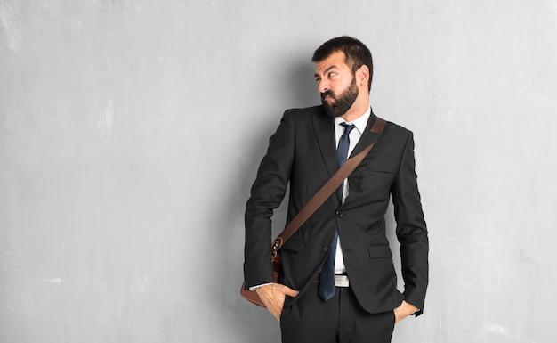 ひげを持ったビジネスマンは少し緊張して歯を押すと怖いです。