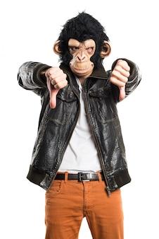 Человек обезьяны делает плохой сигнал