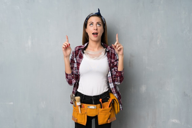 Мастера или женщина-электрик удивлены и направлены вверх