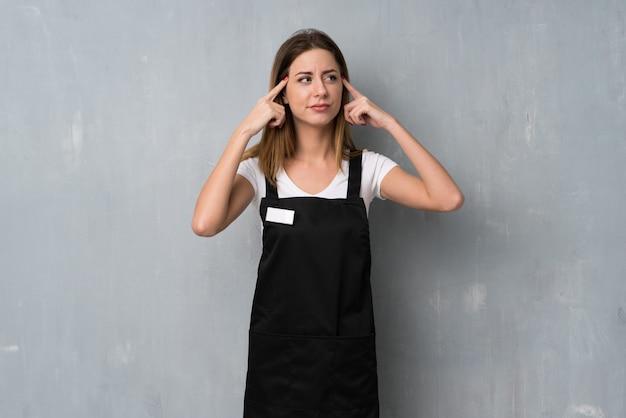 疑問や考えを持つ従業員女性
