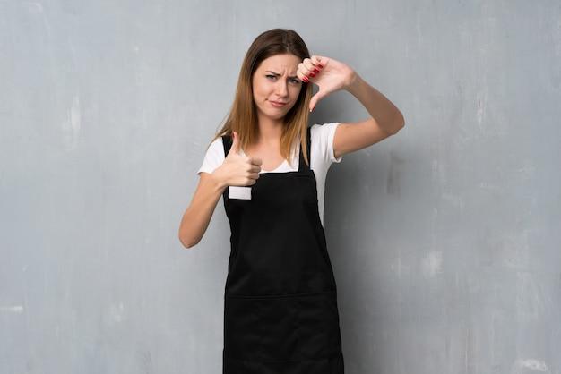 善悪のサインを作る従業員女性。はいかどうかは未定