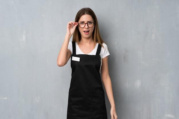 メガネと驚きの従業員女性