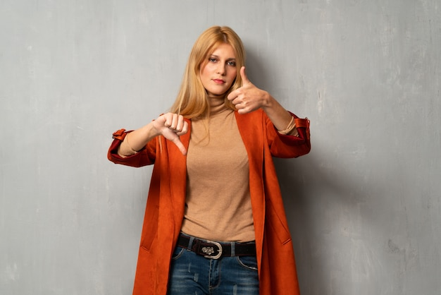善悪のサインを作る織り目加工の背景上の女性。はいかどうかは未定