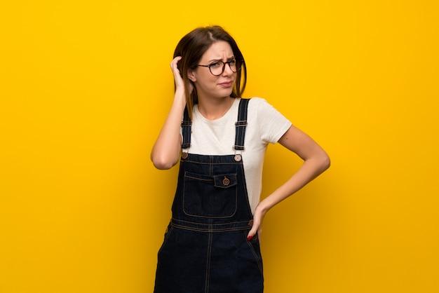 疑問を持つ黄色の壁を越えて女性