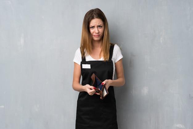 財布を持った従業員女性