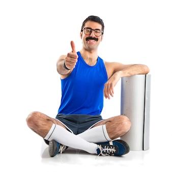 Сумасшедший спортсмен с пальцем вверх