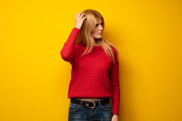 頭を悩ませながら疑問を持つ黄色の壁を越えて金髪の女性