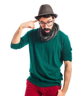 狂気のジェスチャーを作るボヘミアンの男