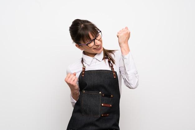 勝利を祝うエプロンを持つ若い女