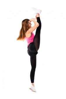 Молодая девушка танцует на белом фоне