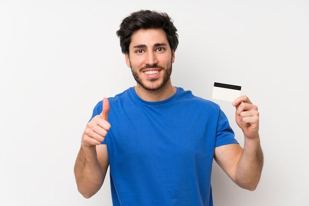 クレジットカードを持っているハンサムな男