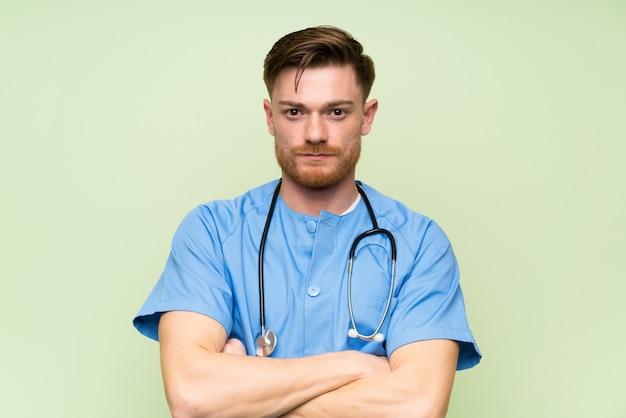 Хирург врач мужчина держит руки скрещенными