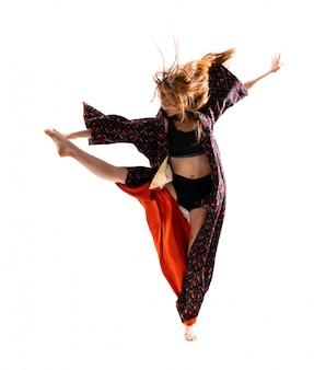 着物ジャンプの若いダンス少女