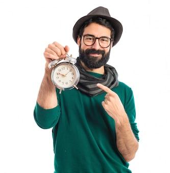 Мужчина, держащий старинные часы