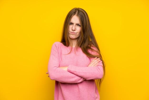 Молодая женщина с длинными волосами, расстроен