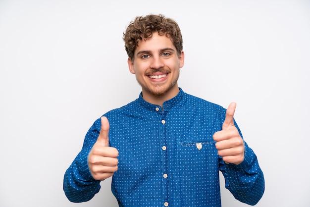 ジェスチャー親指をあきらめて青いシャツと金髪の男
