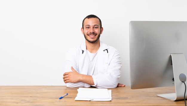 Доктор колумбийский мужчина, держа руки скрещенными в переднем положении
