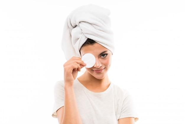 Девушка подростка над изолированной белизной