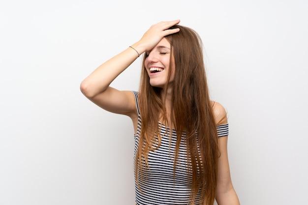 孤立した白い壁の上の長い髪を持つ若い女性は何かを実現し、解決策を目指しています