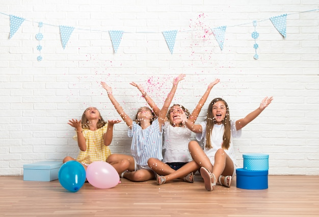 紙吹雪で遊ぶ誕生日パーティーで友達のグループ