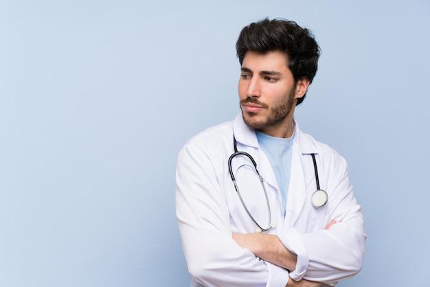 Доктор человек стоит и думает идея