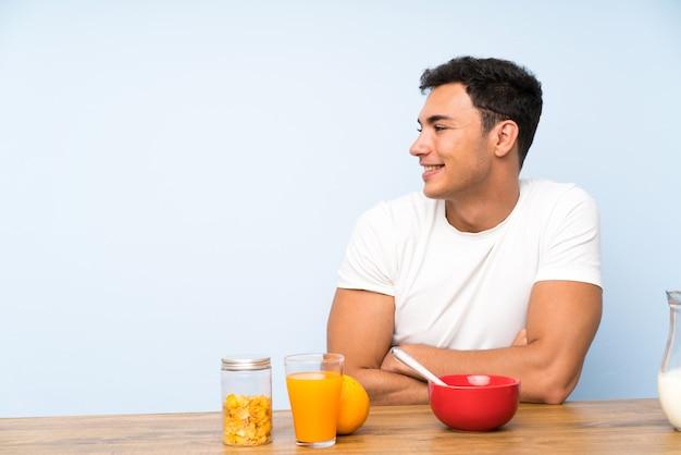 側に朝食を食べてでハンサムな男