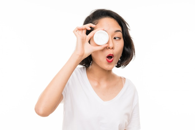 Азиатская молодая женщина с увлажняющим кремом