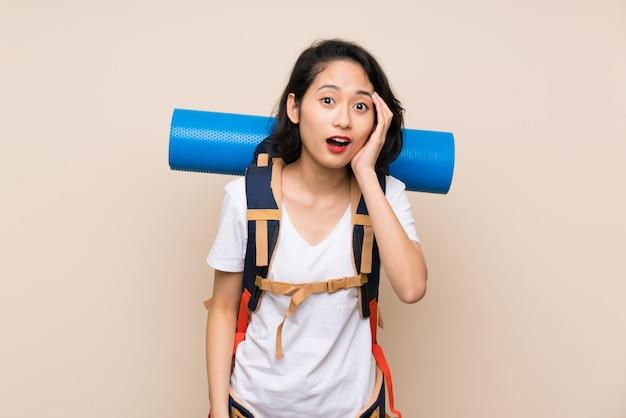 アジアの旅行者女性驚きとショックを受けた表情で分離以上
