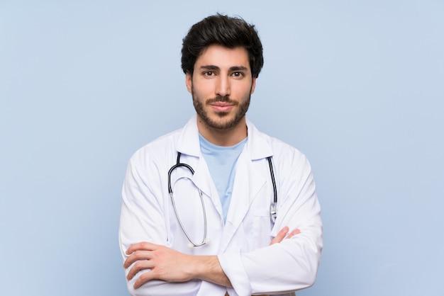 Доктор мужчина держит руки скрещенными