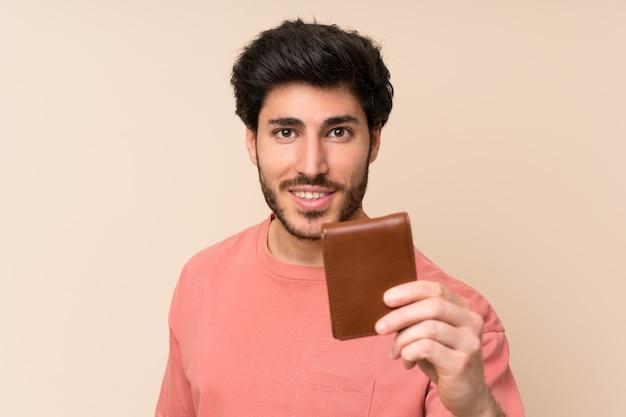 財布を持ってハンサムな男
