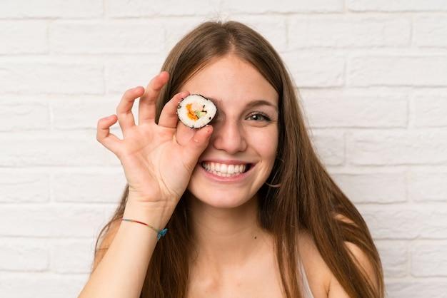 寿司を食べる長い髪を持つ若い女