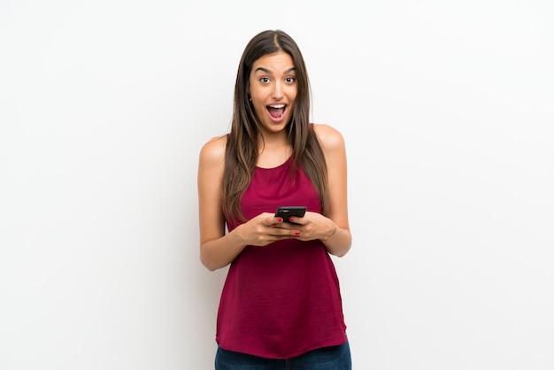 携帯電話を使用して若い女性
