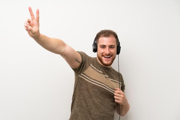 ハンサムな男がヘッドフォンで音楽を聴く