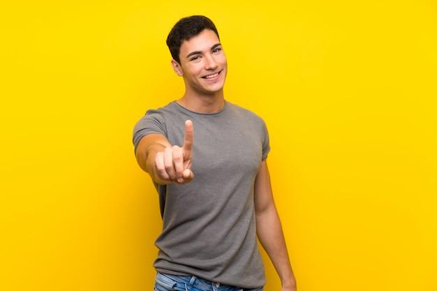 ハンサムな男を示すと指を持ち上げる