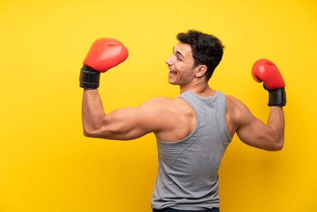 ボクシンググローブを持つハンサムなスポーツ男
