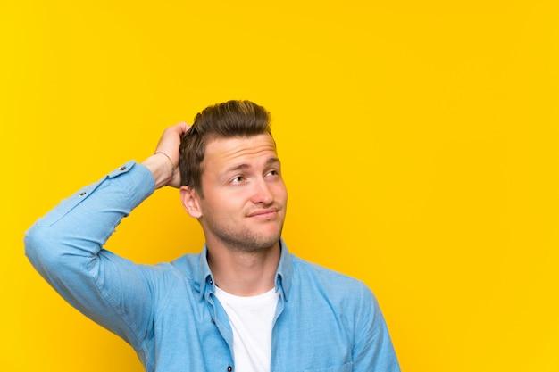 疑問を持つと混乱の表情で金髪のハンサムな男