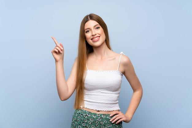 若い女性を示すと最高の印で指を持ち上げる