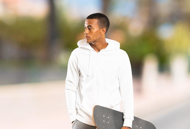 屋外でアフロアメリカンスケーター男
