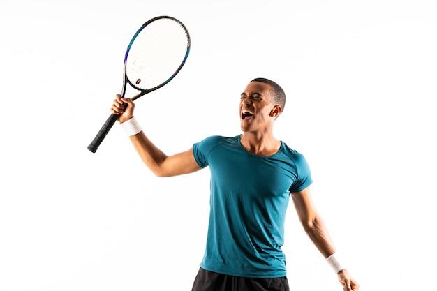 アフロアメリカンテニスプレーヤー男分離ホワイト