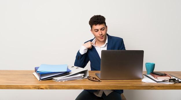 疲れと病気の表現を持つオフィスのビジネスマン